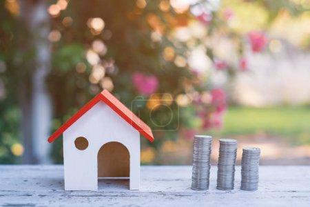Photo pour Économiser de l'argent pour investir dans une maison ou une propriété à l'avenir - image libre de droit