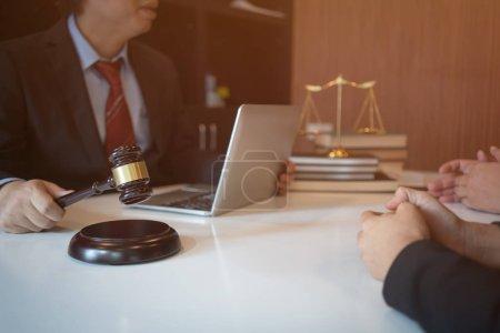 Photo pour Le client et l'avocat ont une réunion face à face pour discuter des options juridiques disponibles - image libre de droit