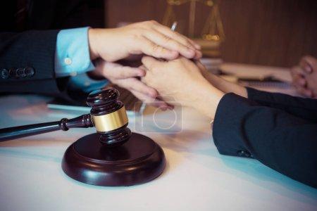 Foto de Cliente y abogado discuten las opciones legales disponibles - Imagen libre de derechos