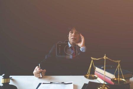 Photo pour Un homme d'affaires stressé tient sa tête dans le désespoir car il craint qu'il devra déposer - image libre de droit