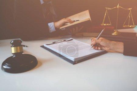 Mandant und Anwalt besprechen die rechtlichen Möglichkeiten