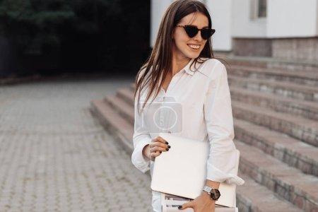 Photo pour Portrait d'une fille à la mode vêtue de jeans et de chemise blanche, dame d'affaires, femme d'affaires Concept de pouvoir - image libre de droit