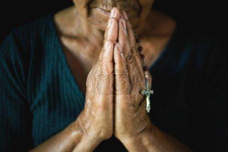 Photo pour Gros plan de vieilles mains priant sur fond noir, Concept espoir et adoration - image libre de droit