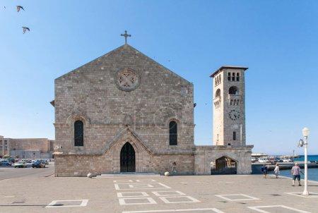 Photo pour Evangelismos église de l'Annonciation à Rhodes à côté du port de Mandraki. L'église est un magnifique exemple d'architecture gothique. - image libre de droit
