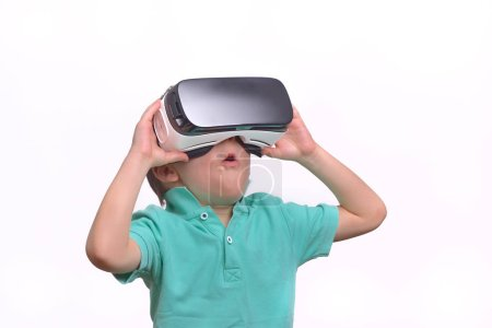 Photo pour Adolescent étonnant portant des lunettes de réalité virtuelle regardant des films ou jouant à des jeux vidéo, isolé sur blanc. Adolescent surpris regardant dans des lunettes VR. Portrait émotionnel de l'enfant vivant gadget 3D - image libre de droit