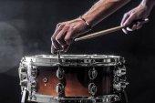 Muž upraví bicí nástroje, hudební koncept bubnových pracovní