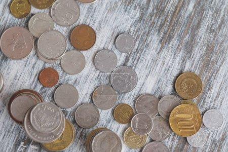 Photo pour Différentes pièces de collection sur le fond en bois, vue de dessus - image libre de droit