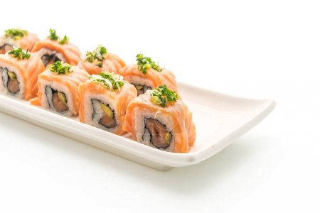 Photo pour Rouleau de sushi saumon grillé - style de la nourriture japonaise sur fond blanc - image libre de droit