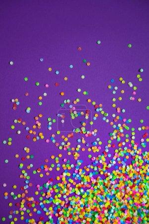 Marco hecho de confeti de color. Fondo lila y violeta .