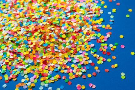 Marco hecho de confeti de color. Fondo azul .