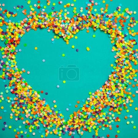 Corazón hecho de confeti de color .