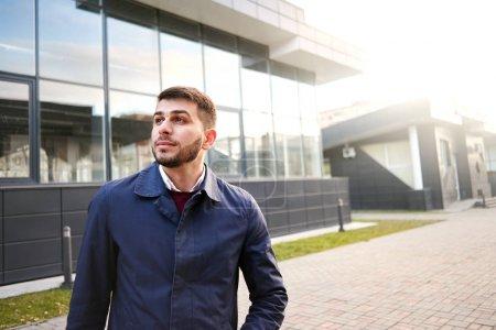 Photo pour Portrait d'entrepreneur beau grave, regardant la caméra, gros plan - image libre de droit