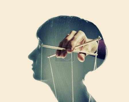 Photo pour Image d'une main, qui manipule l'esprit d'une autre personne, isolé et tonifié - image libre de droit