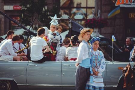 Photo pour Kiev, Ukraine - mai 2017: préparations pour le festival, en costumes traditionnels, les gens chantent et dansent dans la rue principale de Kiev - image libre de droit