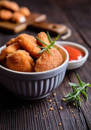 Photo pour Pépites de poulet panées frites à la sauce tomate - image libre de droit