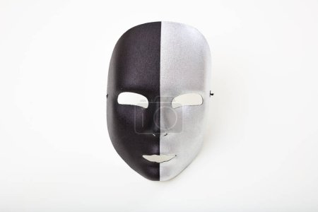 Photo pour Masque de carnaval noir et argent isolé sur fond blanc - image libre de droit
