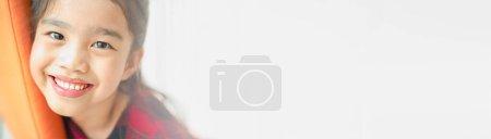 Photo pour Beau baiser asiatique souriant avec sourire parfait et dents blanches à la clinique, bannière panoramique avec espace de copie - image libre de droit