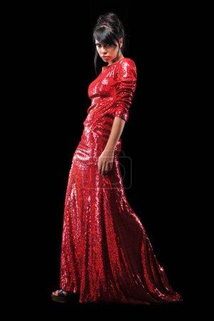 Photo pour Belle jeune femme brune qui pose en robe rouge fashion - image libre de droit