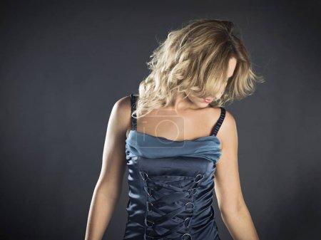 Photo pour Dame de belle jeune mode qui pose en robe de mode - image libre de droit