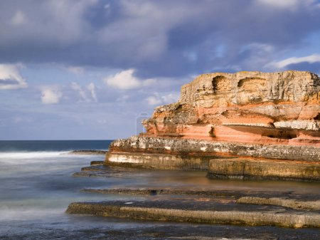 Photo pour Nuages de rêve et mer avec rochers - image libre de droit