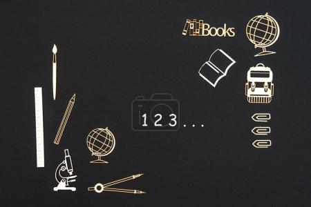 Photo pour Concept retour à l'école, numéros 123 avec fournitures scolaires panneaux de particules miniatures placés sur le tableau noir - image libre de droit