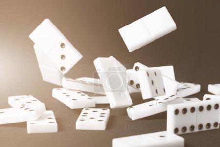 Photo pour Les dominos tombés jetons. Idées conceptuelles d'affaires ou de sport illustratives. Couleur teinte nuancée . - image libre de droit