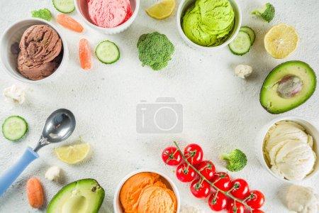 Photo pour Alimentaire végétalien tendance, concept de dessert sain de l'été, coloré alimentation légumes glaces avec avocat, concombre, tomate, betterave, carotte, brocoli, chou-fleur. Smoothie de légumes surgelés, fond blanc - image libre de droit