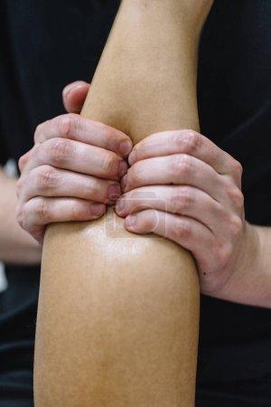 Photo pour Le patient est traité par un thérapeute - image libre de droit