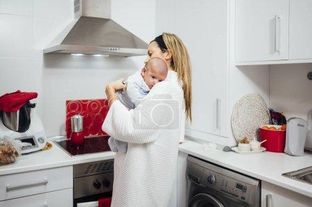 Photo pour Mère avec son fils dans la cuisine - image libre de droit