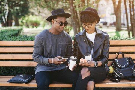 Paar trinkt Kaffee im Freien
