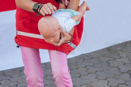 Demonstration of first aid rebenkku with choking...