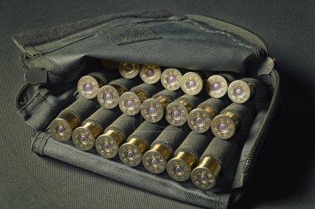 Photo pour Cartouches pour fusils de chasse de calibre 12. Concept militaire, tir sportif, chasse. Médias mixtes - image libre de droit