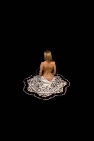 Photo pour Thumbelina. La fille à moitié nue est blonde dans une jupe déboutonnée sur un fond noir . - image libre de droit