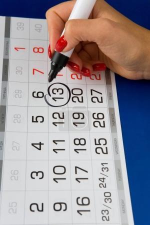Photo pour Date Vendredi 13 est marqué sur le calendrier. Marqueur noir . - image libre de droit