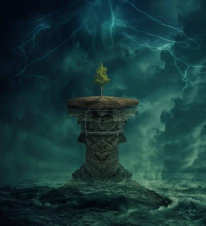 Photo pour Arbuste vert sur une île perdue au milieu de l'océan. Concept de l'écologie environnementale et le changement climatique. Vue imaginaire inspiration, effrayant paysage sous un ciel orageux. - image libre de droit