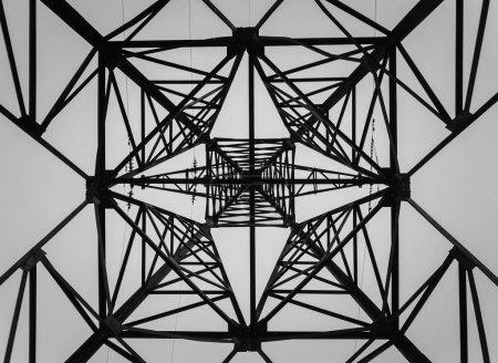 Photo pour Sous un pilier en treillis. Formes géométriques différentes, motifs d'une structure en acier. Texture métallique d'un pôle électrique. - image libre de droit