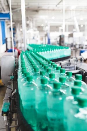 Photo pour Usine d'embouteillage - Ligne d'embouteillage d'eau pour le traitement et l'embouteillage d'eau minérale carbonatée pure en bouteilles - image libre de droit