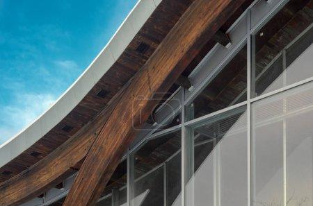 Fragment eines modernen Gebäudes mit struktureller Glaswand