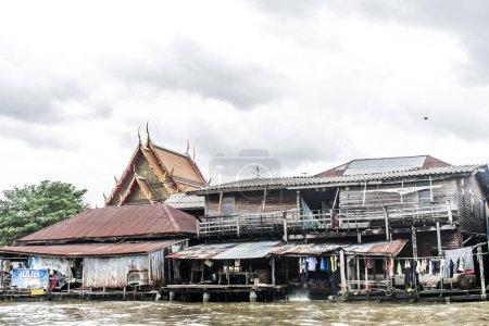 Photo pour Bangkok Thaïlande 03.10.2015 Logement Klong des pauvres rivière chao Phraya Bangkok - image libre de droit