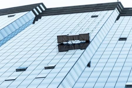 Photo pour Boston Skyline groupe de gratte-ciel des travailleurs nettoyage des fenêtres service sur gratte-ciel bâtiment fenêtre bleue - image libre de droit