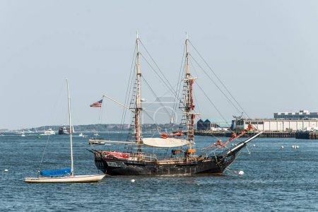 Photo pour Vieux et moderne petit voilier voilier côte à côte ancré dans le port de Boston massetts - image libre de droit