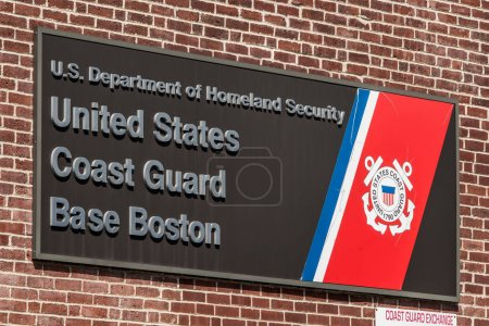 Photo pour Boston, Ma, é.-u., 05.09.2017 signe de The nous garde côtière d'attache Boston jour ensoleillé - image libre de droit