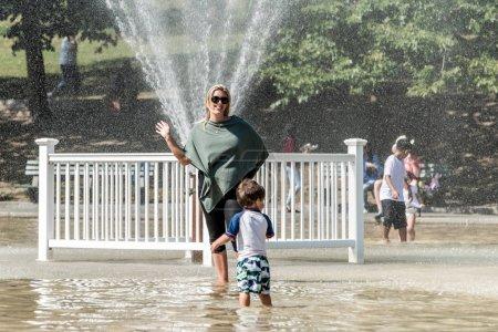 Photo pour Boston, MA, USA 06.09.2017 - Familles Enfants et personnes Profitez du spray rafraîchissant au Frog Pond par une chaude journée d'été dans le parc public commun de Boston - image libre de droit