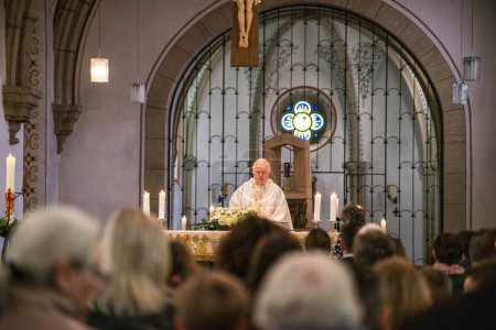 Photo pour Rieden Allemagne 15.04.2018 - Prêtre célébrant le service religieux devant la foule à l'intérieur d'une église - image libre de droit