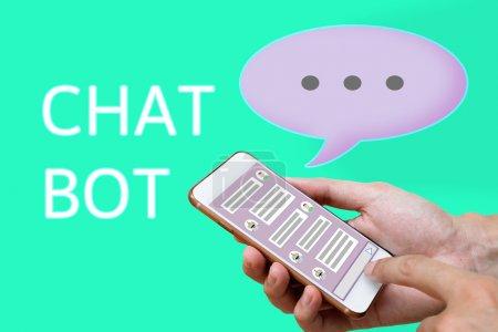 Photo pour Chatbot concept. maille de médias sociaux et l'homme à l'aide de chat sur téléphone intelligent - image libre de droit