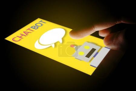 Photo pour Main à l'aide de chat smartphone avec chatbot. - image libre de droit