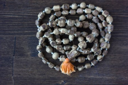 Photo pour Chapelet Japa mala - chapelet hindouisme et bouddhisme en tulsi pour le chant du lièvre krishna . - image libre de droit