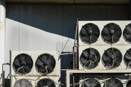 Photo pour Climatisation et système de refrigeretion à l'extérieur de l'unité - compresseurs et condenseurs - image libre de droit