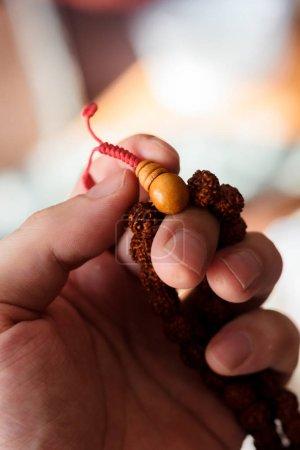 Photo pour Main de prière tenant des perles ou chapelet rudraksha - image libre de droit
