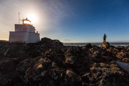 Photo pour Belle vue sur l'océan Pacifique lors d'une nuit claire pleine d'étoiles. Photo prise à Ucluelet, île de Vancouver, Colombie-Britannique, Canada . - image libre de droit